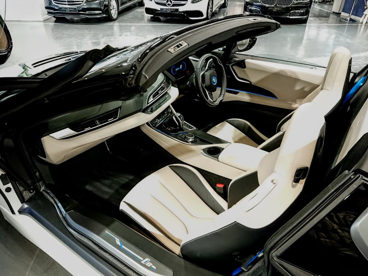 i8 Roadster - Image 2