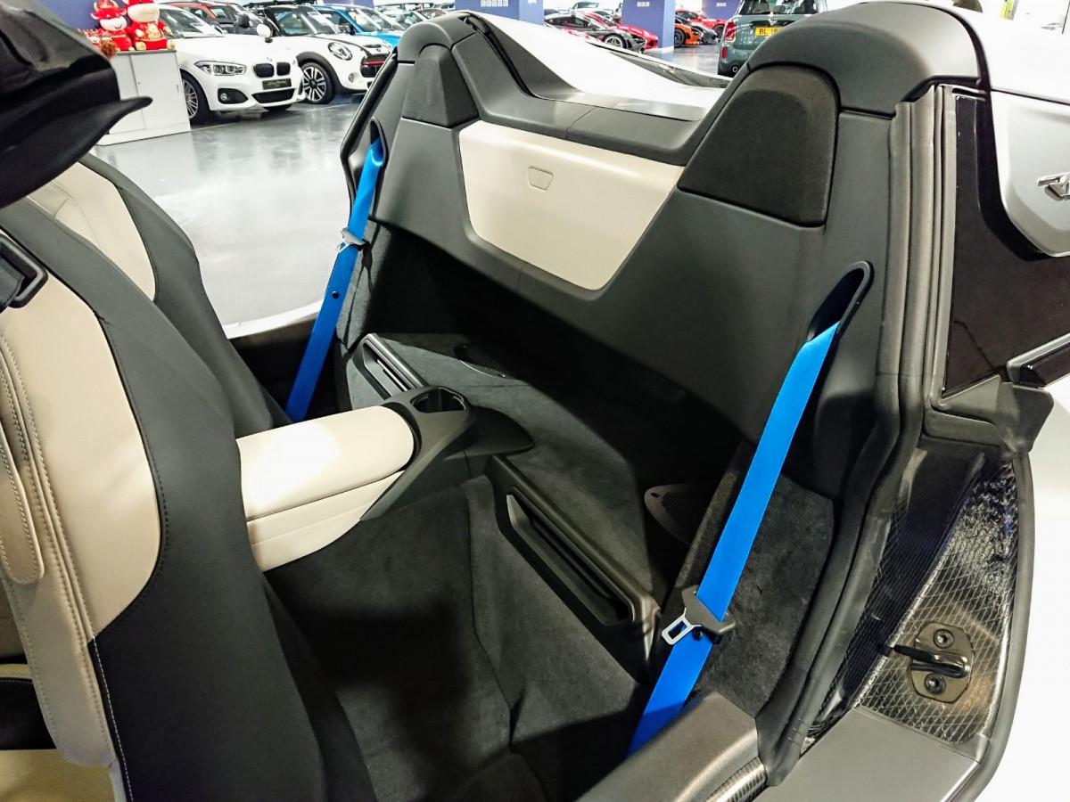 i8 Roadster - Image 6